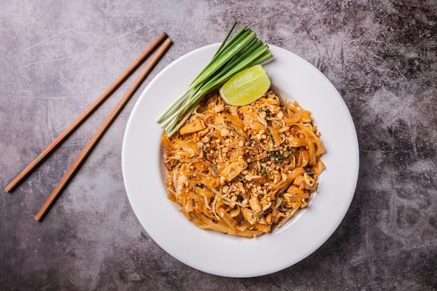 Alimento tailandese, padthai della tagliatella nel piatto Foto Premium
