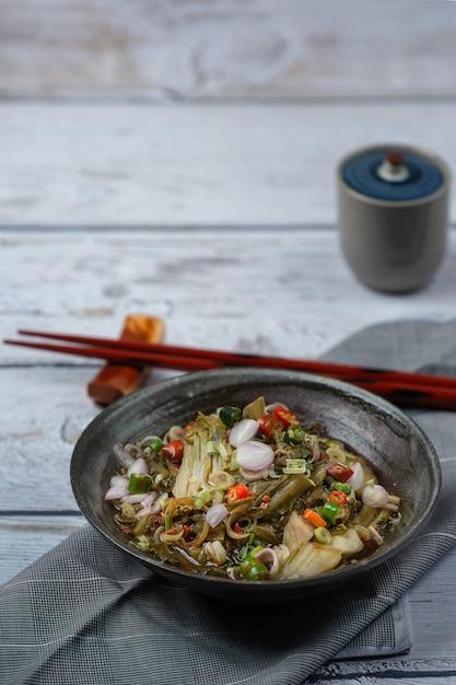 Alimento tailandese salato dell'insalata della senape marinata. Foto Gratuite