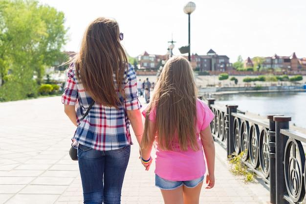 All'aperto ritratto di madre e figlia Foto Premium