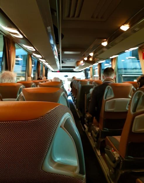 All'interno del grande bus turistico con le persone Foto Premium