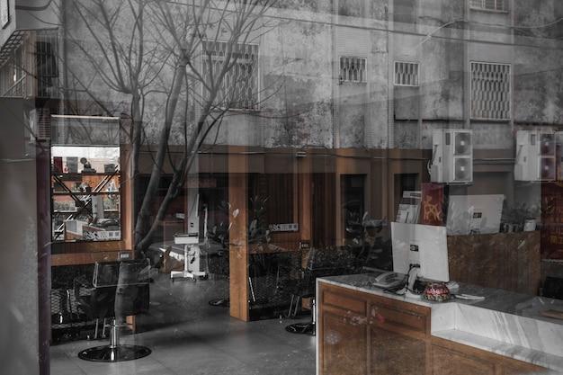 All'interno della vista del parrucchiere dalla strada Foto Gratuite