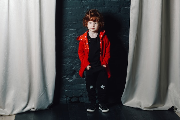 Alla moda bambino ragazzo in posa con le mani in tasca Foto Premium