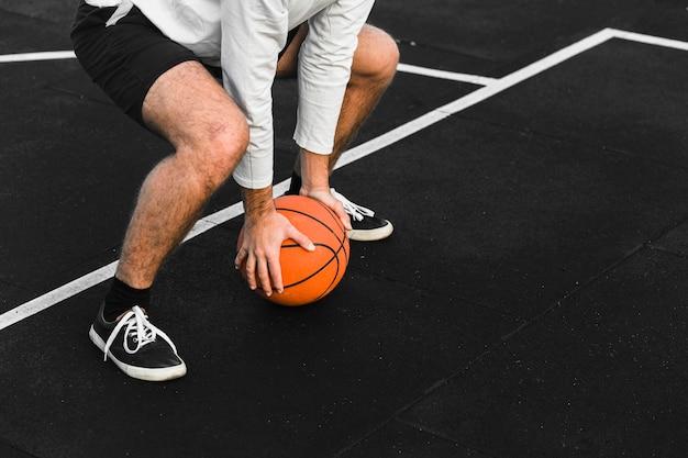 Allenamento del giocatore di basket irriconoscibile Foto Gratuite