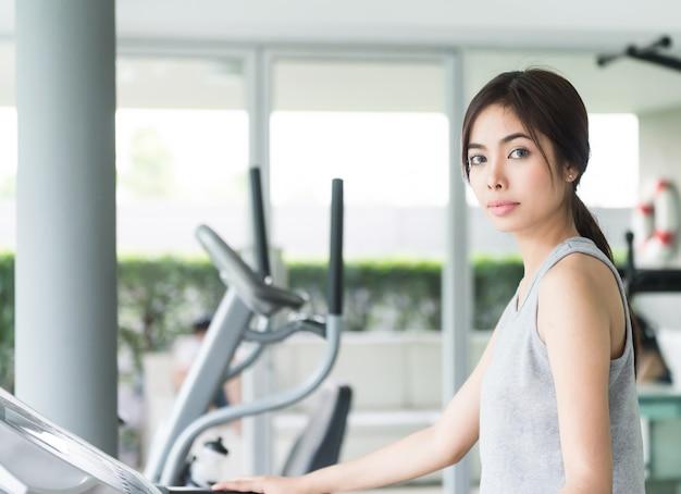 Allenamento della donna al fitness Foto Gratuite