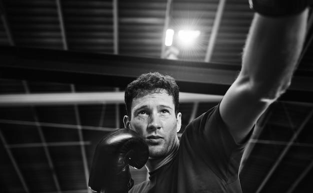 Allenamento di boxer muay thai in palestra Foto Gratuite