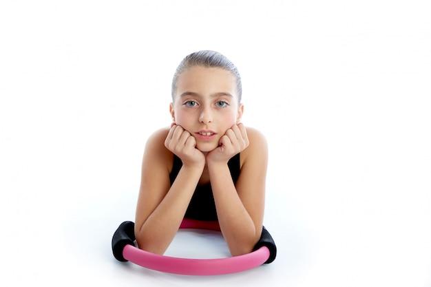 Allenamento di esercizio della ragazza del bambino dell'anello di yoga dei pilates di forma fisica Foto Premium