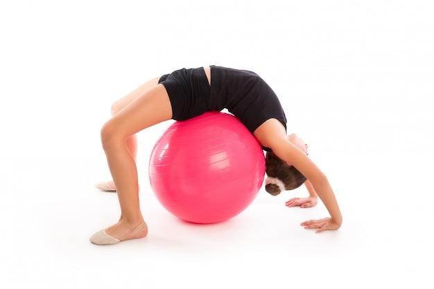 Allenamento di esercizio della ragazza del bambino della sfera svizzera di fitball di forma fisica Foto Premium