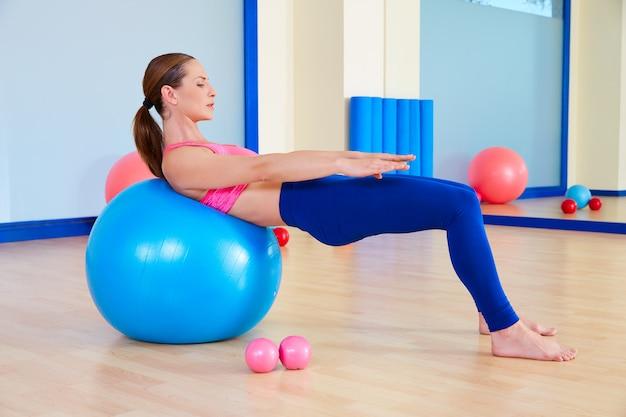 Allenamento di esercizio della sfera svizzera del fitball della donna di pilates Foto Premium