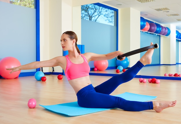 Allenamento di esercizio di anello magico torsione donna pilates Foto Premium
