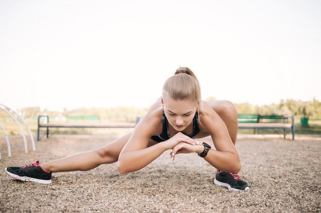 Allenamento di stretching in strada Foto Gratuite