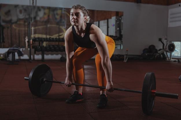 Allenamento femminile dell'atleta del crossfit Foto Premium
