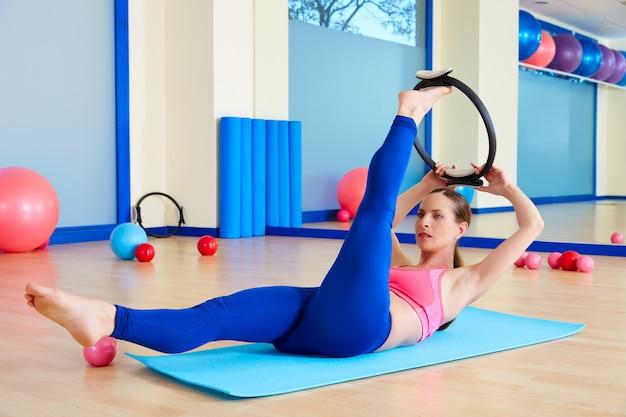 Allenamento magico di esercizio dell'anello di forbice della donna di pilates Foto Premium