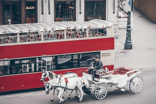 Allenatore di cavalli tradizionale fiaker a vienna austria Foto Premium