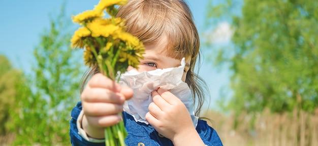 Allergia stagionale in un bambino corizza. messa a fuoco selettiva Foto Premium