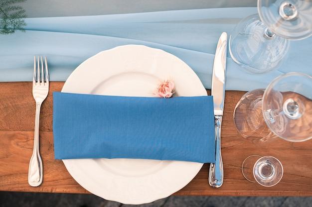 Allestimento tavola decorazione matrimonio o evento, tovagliolo blu, aria aperta Foto Premium