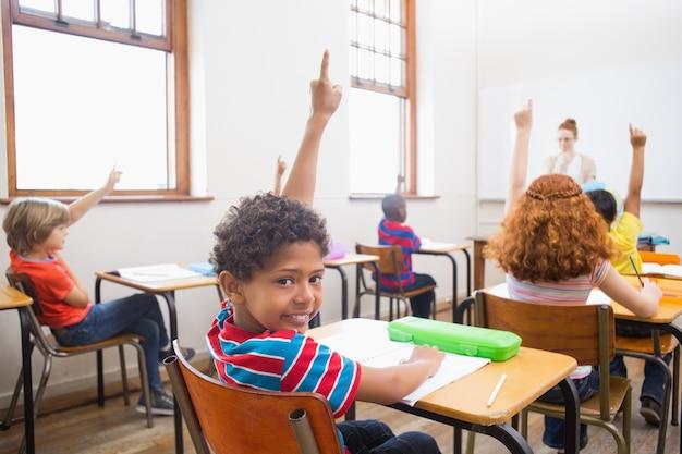 Allievo alzando le mani durante la lezione Foto Premium
