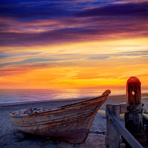 Almeria cabo de gata ha tirato le barche in spiaggia Foto Premium