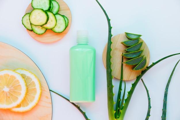 Aloe vera e cetriolo con crema di bellezza Foto Gratuite
