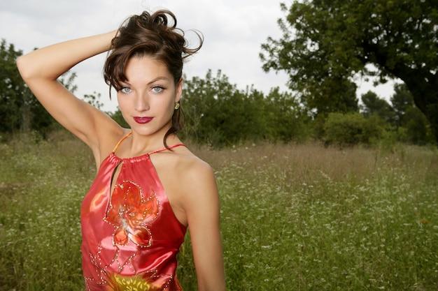 Alta moda della donna sulla foresta all'aperto Foto Premium