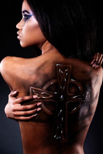 Alta moda look.glamour closeup ritratto di bella donna americana nera con tatuaggio sulla schiena e trucco luminoso Foto Gratuite