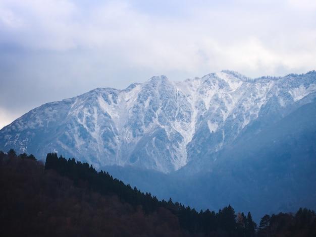 Alta montagna coperta da neve bianca Foto Premium