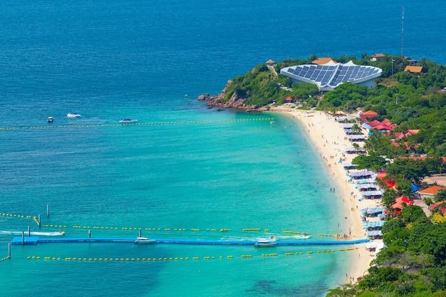 Alta vista del mare e della spiaggia, spiaggia di nuan, isola di koh lan, pattaya tailandia Foto Premium