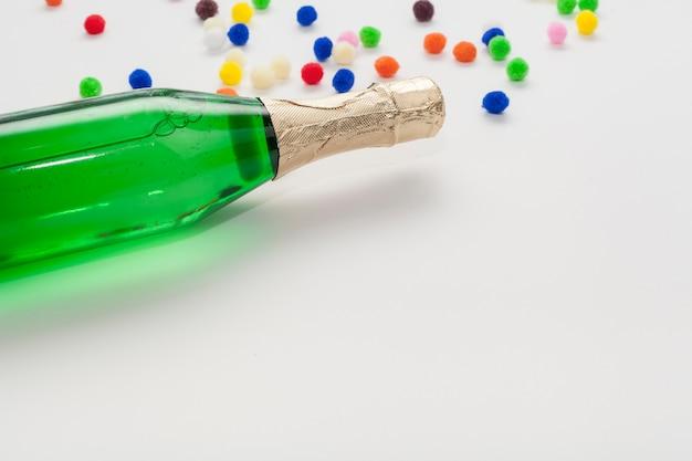 Alta vista dello spazio della bottiglia e della copia di champagne Foto Gratuite
