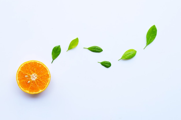 Alta vitamina c. agrumi freschi con foglie isolate on white Foto Premium