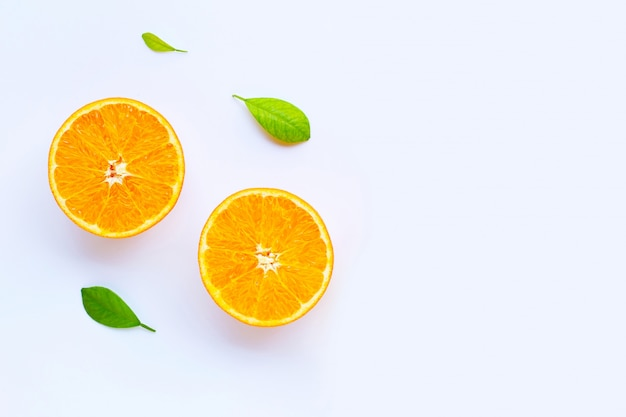 Alta vitamina c. agrumi freschi con foglie isolate on white. Foto Premium