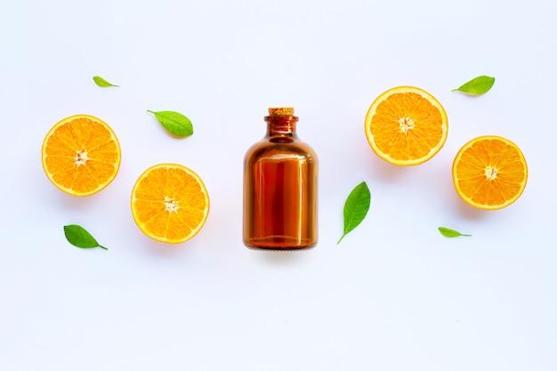 Alta vitamina c. agrumi freschi di arancia con olio essenziale isolato su bianco Foto Premium