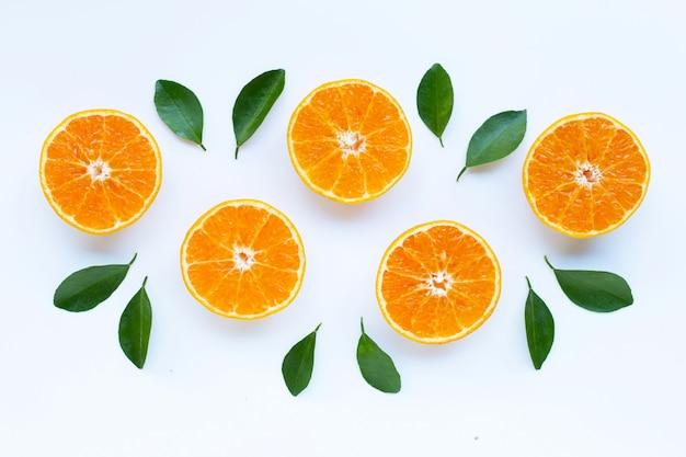 Alta vitamina c, frutti d'arancio con foglie su sfondo bianco. Foto Premium
