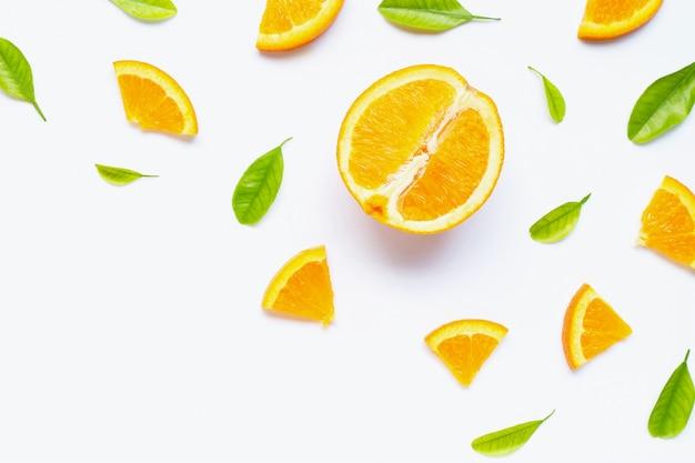 Alta vitamina c, succosa e dolce. frutta arancio fresca con le foglie verdi su bianco. Foto Premium