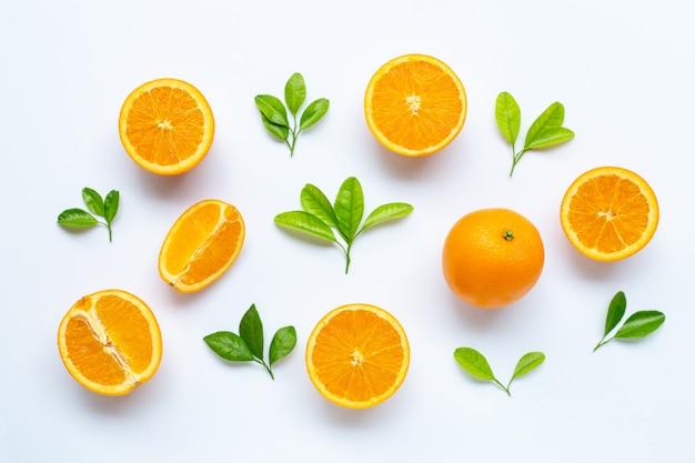Alta vitamina c, succosa e dolce. frutta arancione fresca con foglie verdi Foto Premium