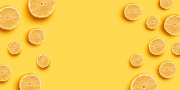 Alta vitamina c, succosa e dolce. modello di frutta arancione arancione fresca su uno sfondo giallo per un banner o un poster. copia spazio Foto Premium