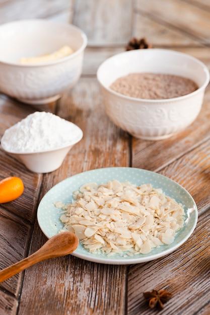 Alto angolo degli ingredienti della torta con il cucchiaio di legno Foto Gratuite