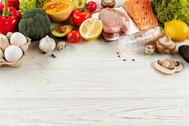 Alto angolo degli ingredienti e della carne di verdure con lo spazio della copia Foto Gratuite