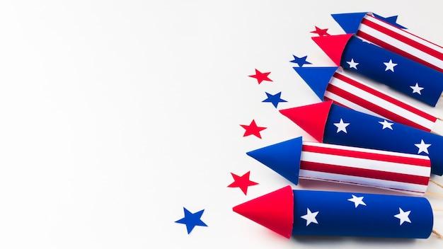 Alto angolo dei fuochi d'artificio per la festa dell'indipendenza con le stelle e lo spazio della copia Foto Gratuite
