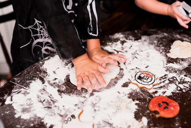 Alto angolo del ragazzino che produce i biscotti Foto Gratuite