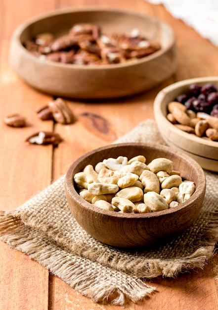 Alto angolo di arachidi e noci in ciotole Foto Gratuite