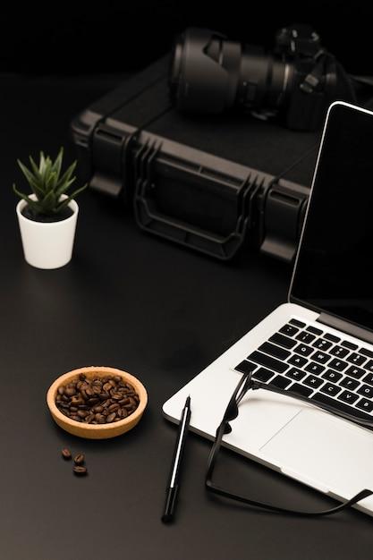 Alto angolo di desktop con laptop e fotocamera Foto Gratuite