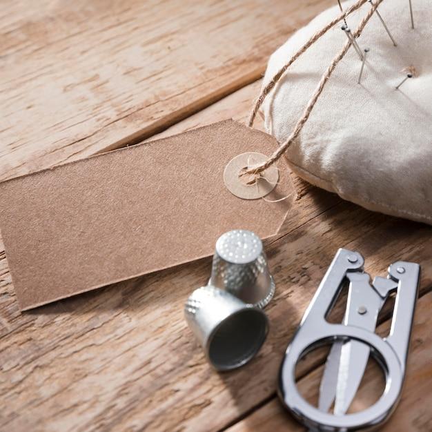 Alto angolo di ditali con forbici e etichetta Foto Gratuite