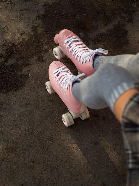 Alto angolo di donna in calze e pattini a rotelle Foto Gratuite