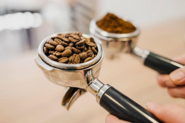 Alto angolo di due tazze per macchine da caffè Foto Gratuite