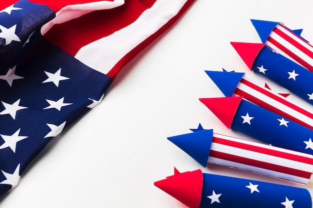 Alto angolo di fuochi d'artificio per la festa dell'indipendenza con stelle e bandiera americana Foto Gratuite