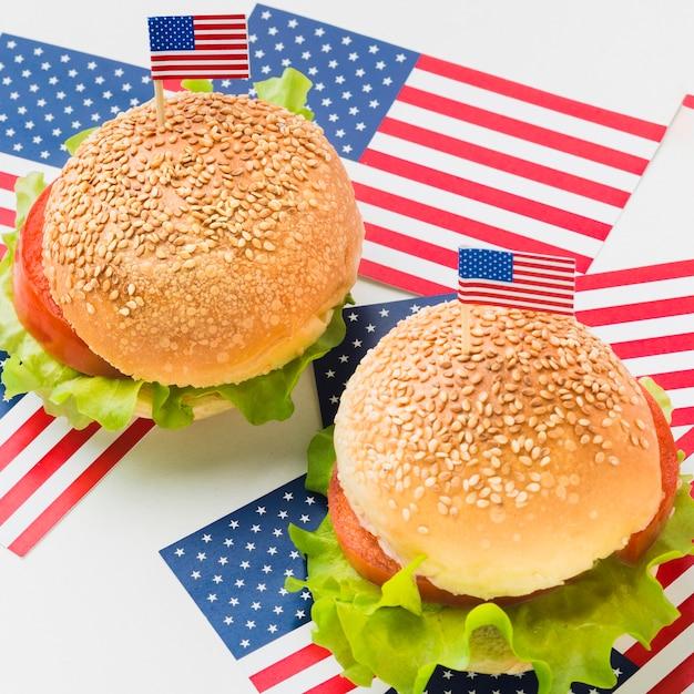 Alto angolo di hamburger con bandiere americane Foto Gratuite