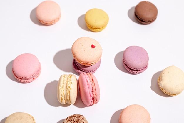 Alto angolo di macarons per san valentino Foto Gratuite