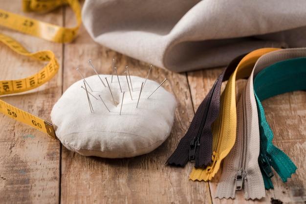 Alto angolo di misurazione del nastro con aghi per cucire e cerniere Foto Gratuite