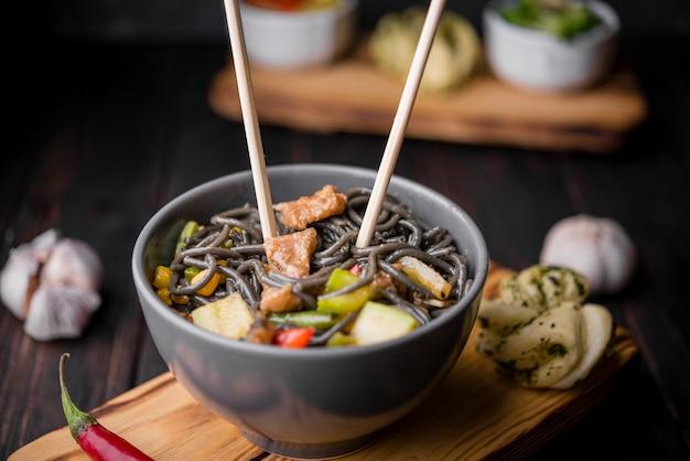 Alto angolo di noodles con verdure e aglio Foto Gratuite