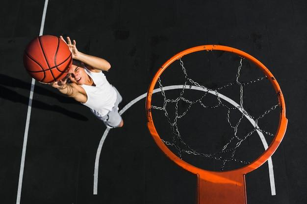 Alto angolo di pallacanestro di lancio del giocatore Foto Gratuite