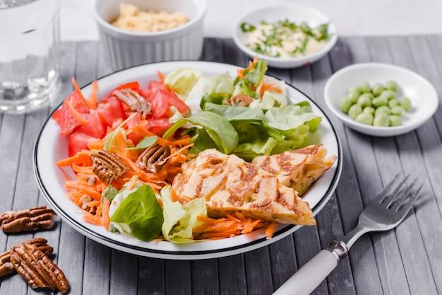 Alto angolo di piatto sano con insalata Foto Gratuite